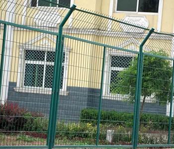 小区围栏网是经电焊网片机对铁丝焊接后,再经喷塑或PVC等多道工序加工制作而成,具有耐腐蚀,美观,并有效起到防护等特点。 小区围栏网规格: 材质:低碳钢丝、铝镁合金丝 浸塑丝径:4.5--5.0mm 网孔:50 X 150mm 立柱:48X2.5mm 尺寸:2000 --2400 X 2950mm 颜色:白色,蓝色,黑色,绿色,黄色等 小区围栏网优点: 1.